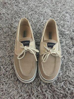 Beige schöne Schuhe.