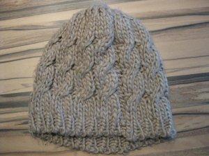 beige Winter Mütze mit Zopfmuster