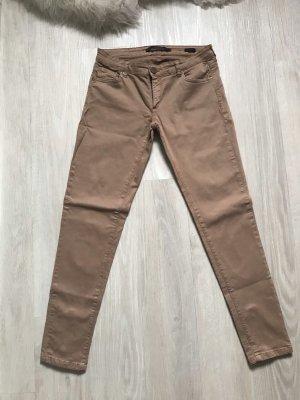 Beigefarbene Hose mit Reißverschluss an den Beinen