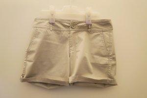 Beigefarbene kurze Hose