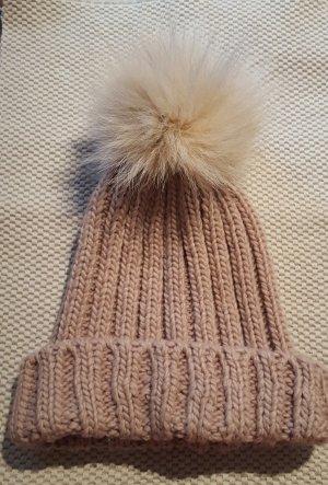 Beigefarbene Mütze mit Kaninchenfell-Bommel