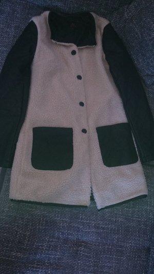 beigefarbener Mantel mit Lederarmen
