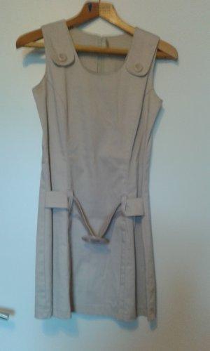 Beigefarbenes Kleid mit Gürtel