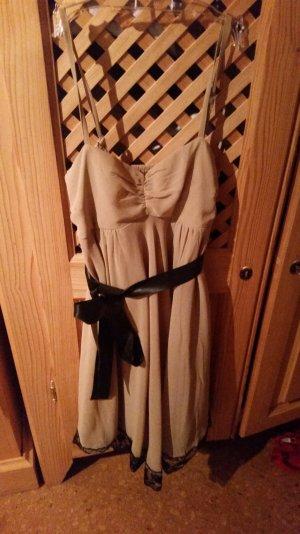 Beiges Kleid mit schwarzem Band und schwarzer Spitze