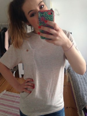 Bellfield T-Shirt Bonbonfarben mit Holzknopf