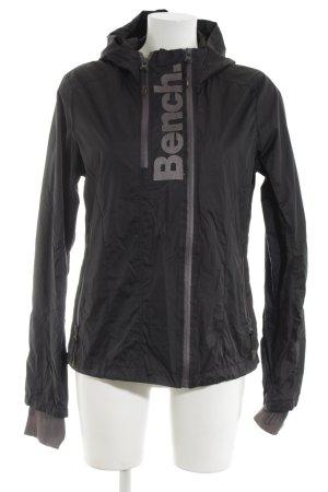 Bench Regenjacke schwarz Schriftzug gestickt Street-Fashion-Look