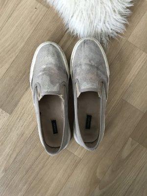 Bequeme goldene Schuhe