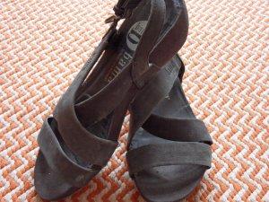 Bequeme Sandalen mit Keilabsatz