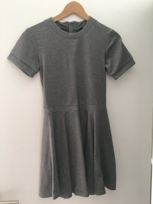 Bequemes tailliertes Kleid