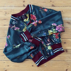 Bershka Satin Collegejacke Bomber Jacke Paisley Blumen Muster Kimono