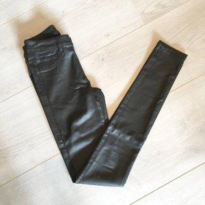 Beschichtete Lederhose in schwarz