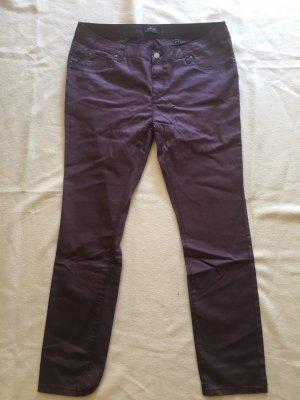Beschichtete lila Hose im Jeanslook