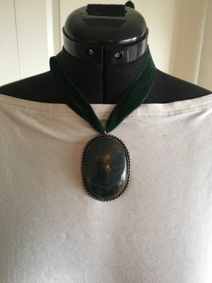 besondere Halskette mit Anhänger, angelehnt an Trachtenmode