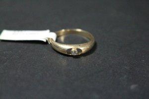 Süsser, funkelnder Brillantring in Gold gefasst