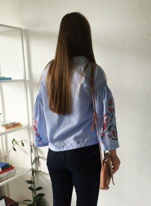 Bestickte Bluse mit oversized Ärmel