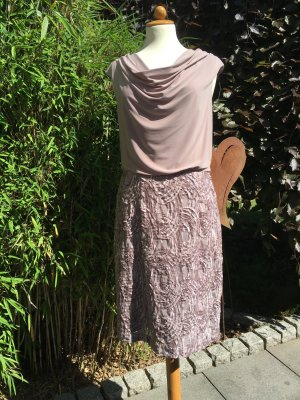 Besticktes Kleid mit leichtem Wasserfallkragen