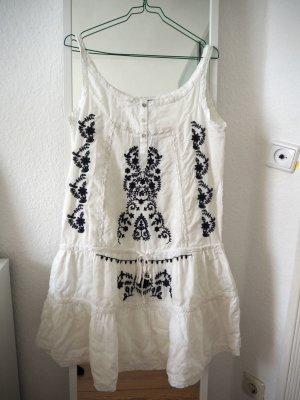 Besticktes weißes Sommerkleid