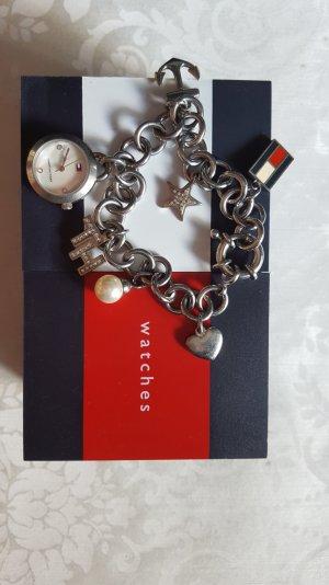 Bettelarmband mit Uhr von Tommy Hilfiger.