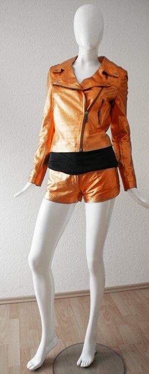 Biker-Lederjacke aus Metallicleder und Top von Rich&Royal. Shorts geschenkt.