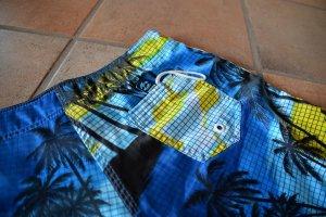 Billabong: knappe Shorts mit Palmen auf blau-gelbem Grund
