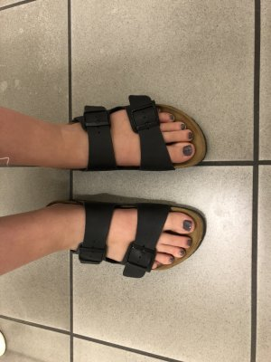 Birkenstock Sandalo con cinturino e tacco alto nero