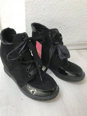 Black stylish Sport shoes on platform (Sportschuhe, like NIKE)