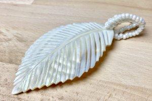 Blatt-Anhänger aus Muscheln mit Perlen