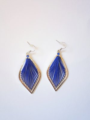 Boucle d'oreille incrustée de pierres argenté-bleu