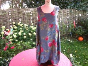 blau gemustertes ärmelloses Leinenkleid mit Blumenmotiven