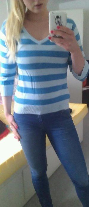blau gestreifter Pulli mit rundem Ausschnitt