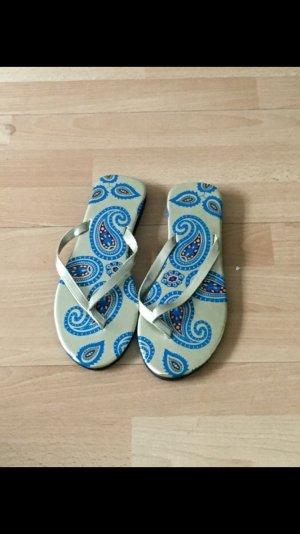 Blau goldene Flip-Flops
