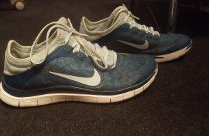 Blau/grüne Nikes im guten Zustand
