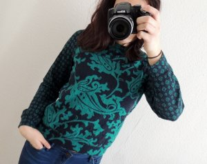 Blau-grüner Pullover