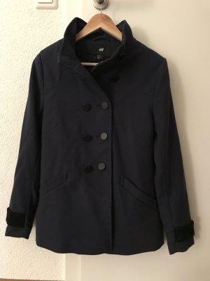 blau-schwarzer Mantel