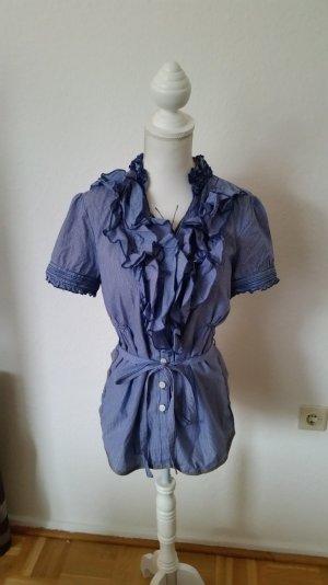 Blau und weiß gestreifte Khujo Bluse mit Rüschen am Ausschnitt und Ärmeln.