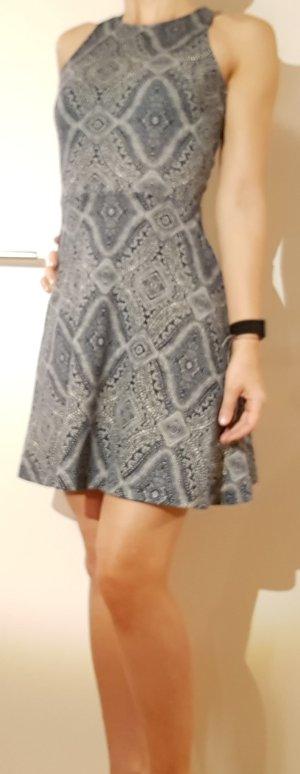 blau-weiss gemustertes Kleid