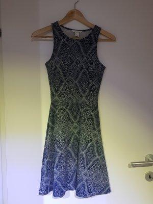blau-weiss gemustertes Sommerkleid