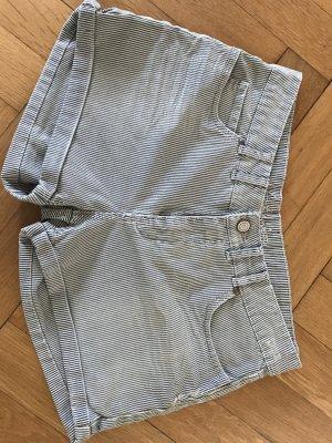 blau-weiß gestreifte Hose