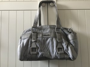 blau-weiß gestreifte Tasche mit grauem lederimitat