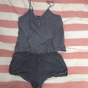 Blau weiß gestreifter Pyjama