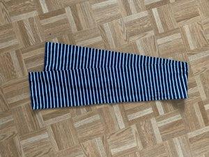 Blau weiß gestreifter Schal