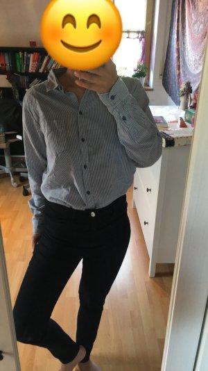 Blau-weiß gestreiftes Hemd