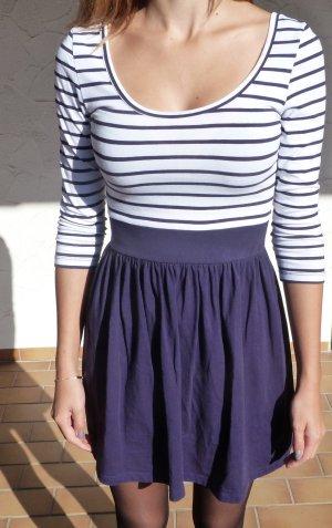 Blau-weiß gestreiftes Kleid mit 3/4 Armen