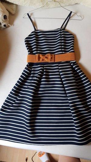blau weiß gestreiftes Kleid mit braunem gürtel