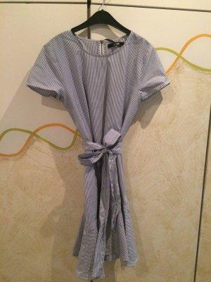 Blau-Weiß gestreiftes Kleidchen