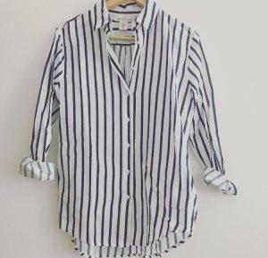 Blau-Weiß gestreiftes Sommerhemd