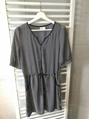 Blau/Weiß gestreiftes Sommerkleid