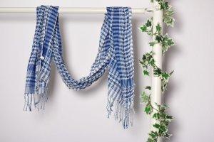 Blau weiß karierter Schal mit Glitzerfäden