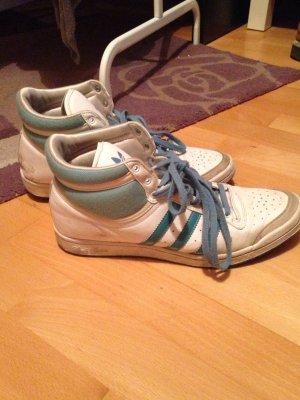 Blau-weiße adidas Schuhe