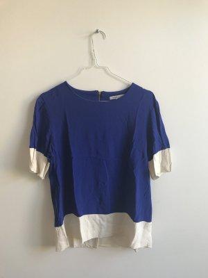 Blau-weißes T-Shirt im Blockdesign